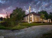Българска къща, с ъглов вход към нея